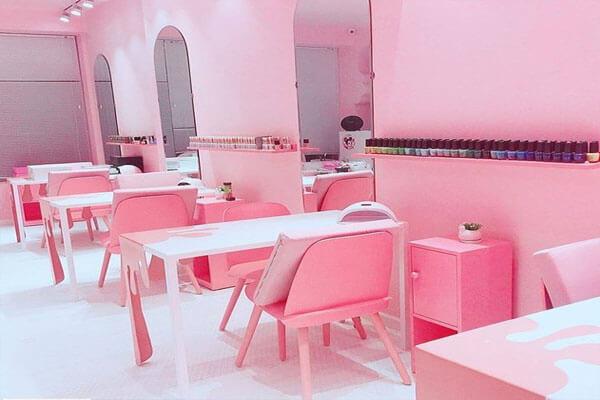 Thiết kế mẫu tiệm nail sử dụng gam hồng xinh xắn, đáng yêu