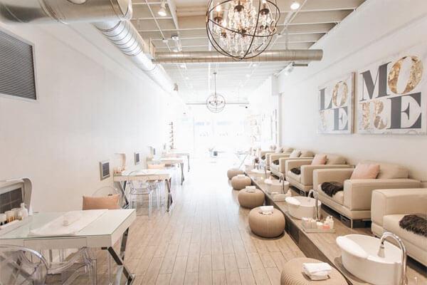 Thiết kế tiệm sử dụng nội thất gam màu nude thời thượng
